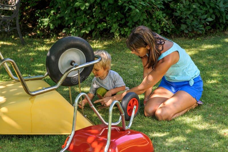 La mère enseigne l'enfant en bas âge photo stock