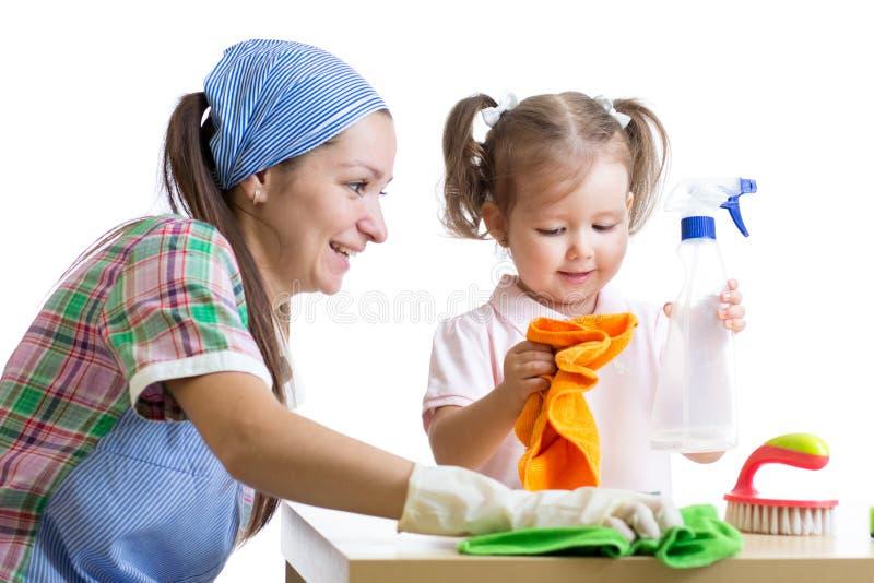 La mère enseigne la pièce de nettoyage d'enfant de fille photographie stock