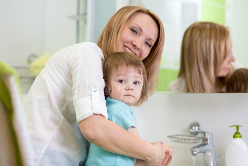 La Mère Enseigne Les Mains De Lavage Denfant Dans La Salle De - Enseigne salle de bain