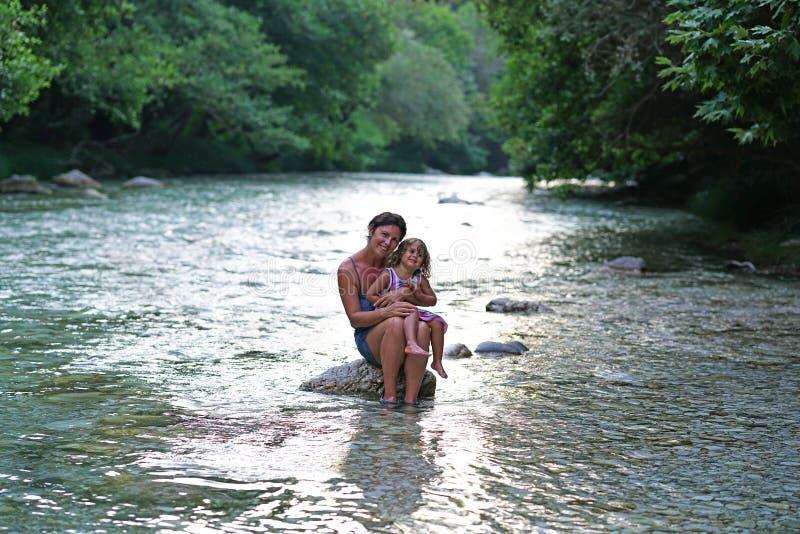 La mère et la fille apprécient la vue de la rivière d'Acheron avec sa nature transparente dans Épire, Grèce image libre de droits