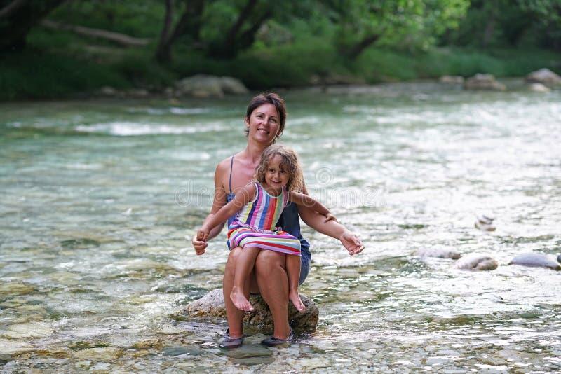 La mère et la fille apprécient la vue de la rivière d'Acheron avec sa nature transparente dans Épire, Grèce image stock