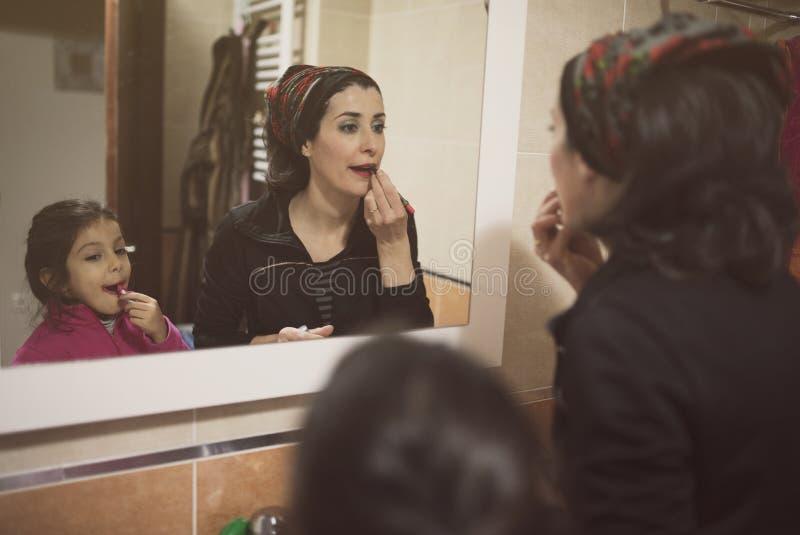 La mère et la fille composent leurs lèvres photos libres de droits