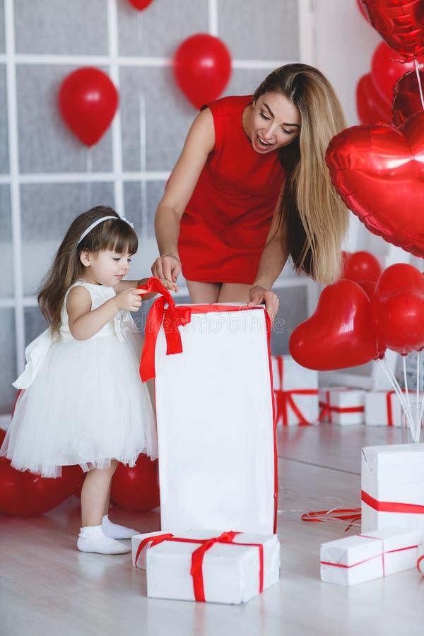 La mère et la fille heureuses analyse des cadeaux le jour du ` s de Valentine photos libres de droits