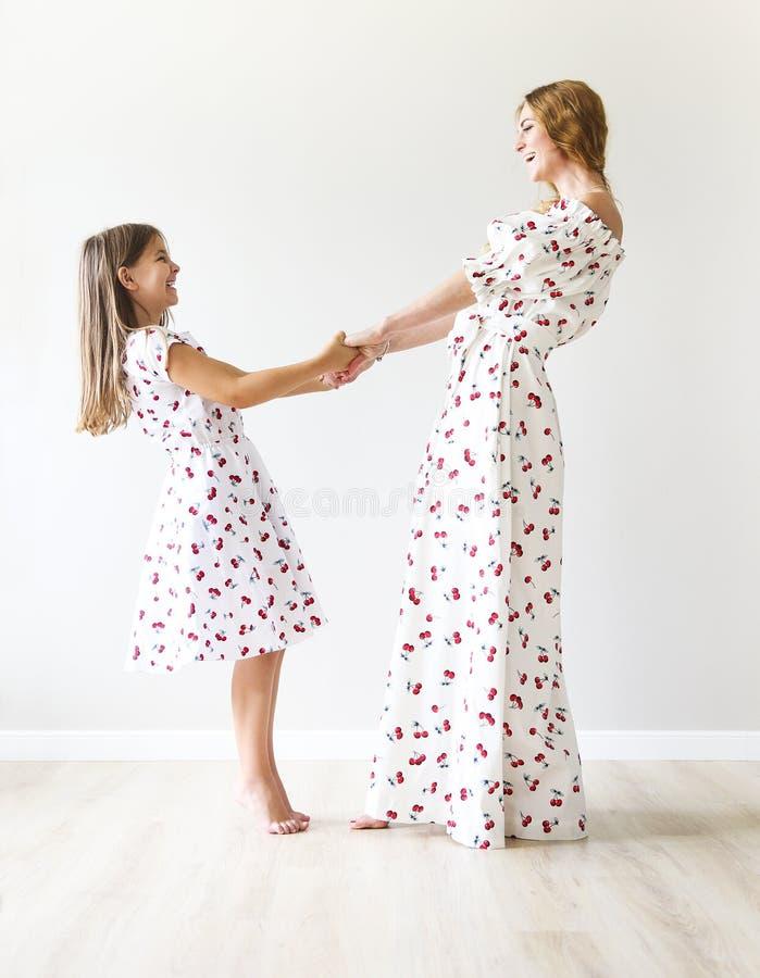 La mère et la fille heureuses dansent ensemble photo libre de droits