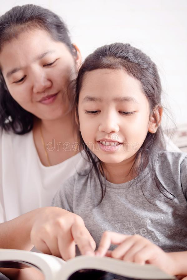 La mère et la fille ont lu des livres ensemble images stock