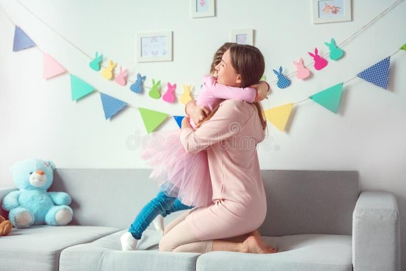 La mère et la fille weekend ensemble à la maison sur étreindre de sofa image stock