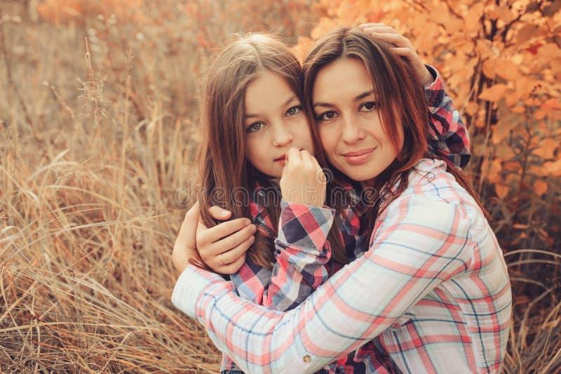 La mère et la fille heureuses sur la promenade l'été mettent en place Vacances de dépense de famille extérieures, capture de mode images libres de droits