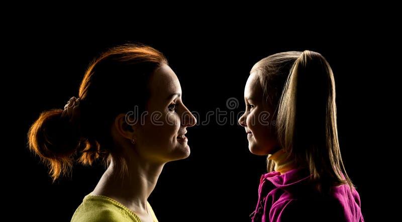 La mère et la fille regarde l'un l'autre photos libres de droits