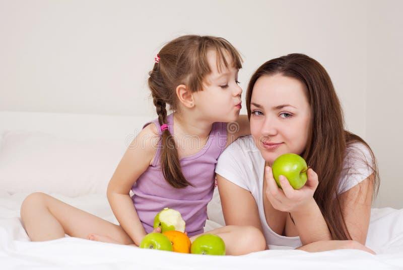 La mère et le descendant mangent des pommes images libres de droits