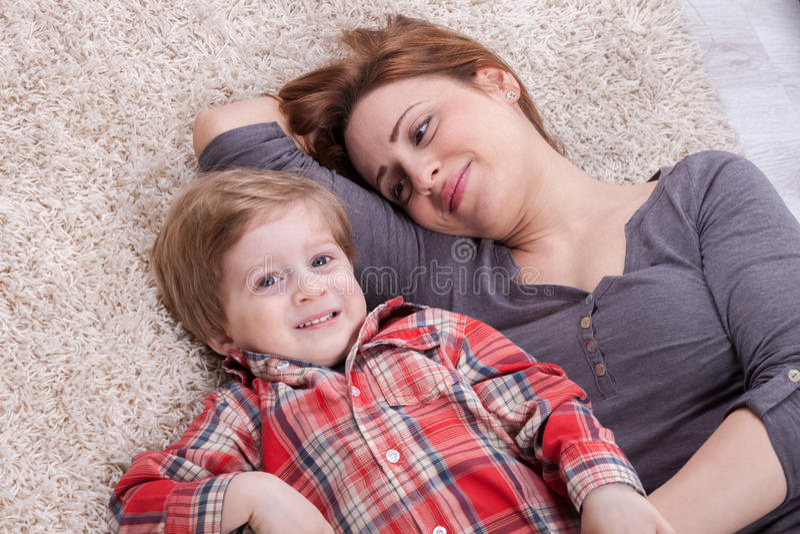 La mère et le fils apprécient et rient photographie stock