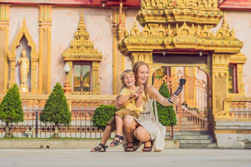 La mère et le fils que les touristes regardent Wat Chalong est le temple le plus important de Phuket images libres de droits