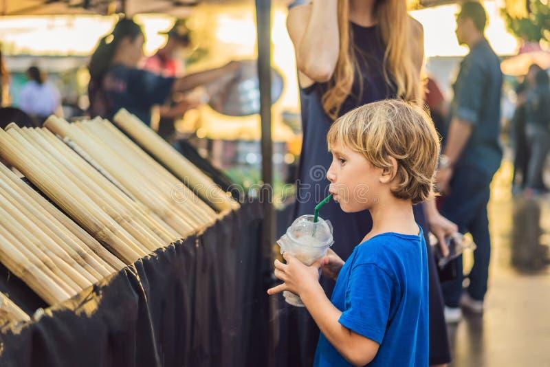 La mère et le fils sont des touristes sur le marché asiatique de marche de nourriture de rue photographie stock