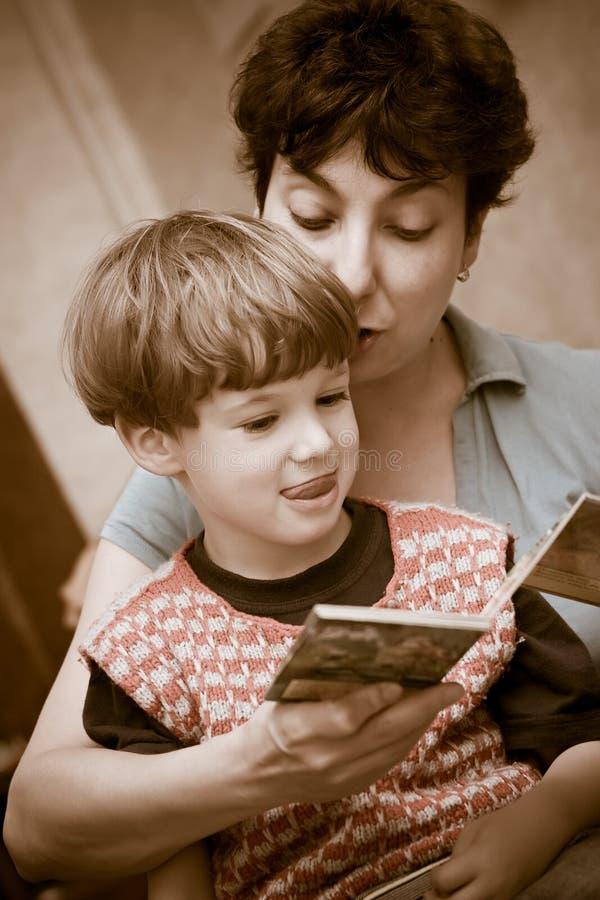 La mère et le garçon ont affiché le livre photo libre de droits