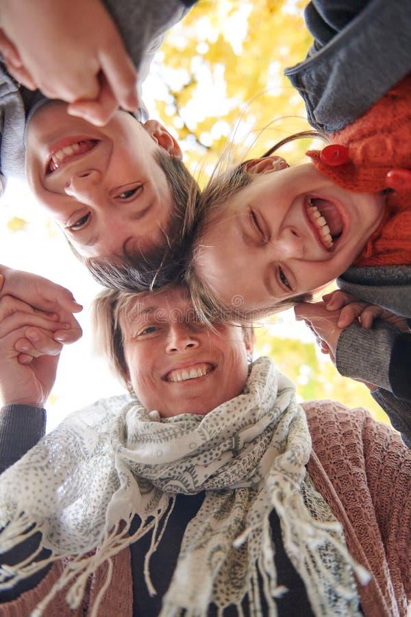La mère et les enfants sont en parc de ville d'automne Ils sont des parents posant, souriant, jouant et ayant l'amusement Arbres  images stock