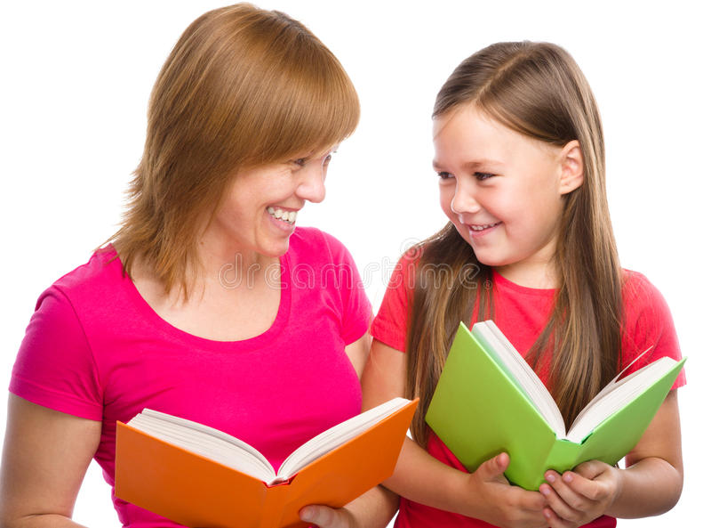 La mère et sa fille sont des livres de lecture photo stock