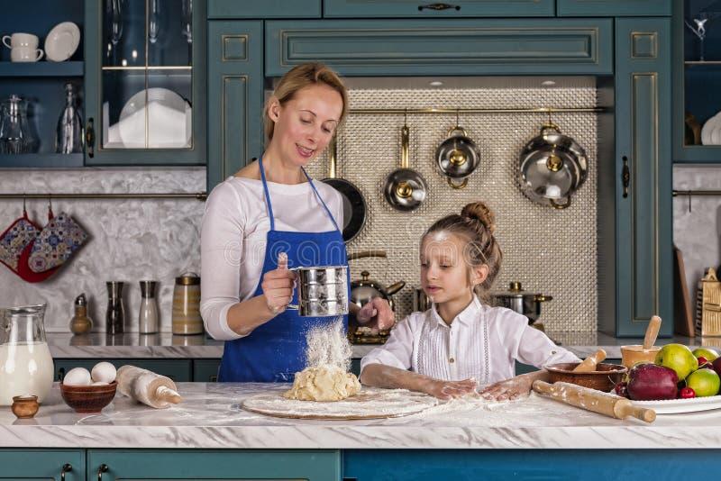 La mère, fille, fille, préparent la boulangerie, cuisine familiale photos stock