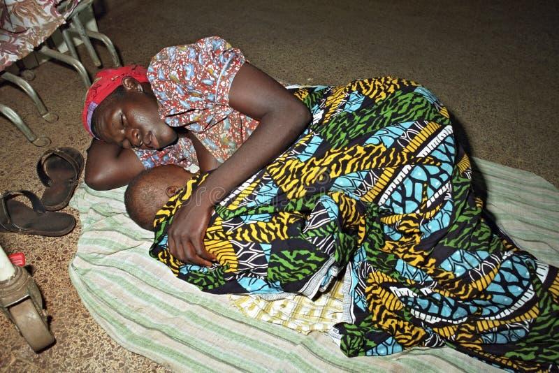 La mère ghanéenne dort avec l'enfant sur le plancher images libres de droits