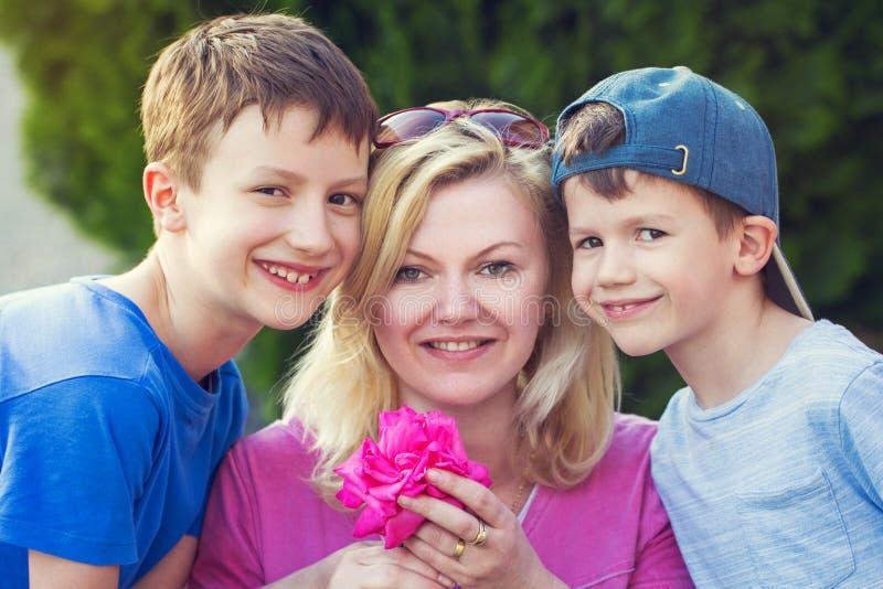 La mère heureuse avec des garçons et s'est levée image libre de droits