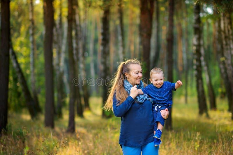 La mère heureuse marche avec de petits fils photographie stock libre de droits