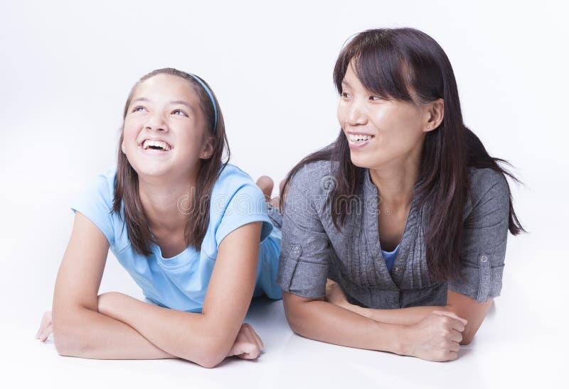 La mère incite la fille à rire photo stock