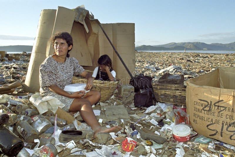 La mère latine et la fille travaillent à la décharge de déchets photos libres de droits