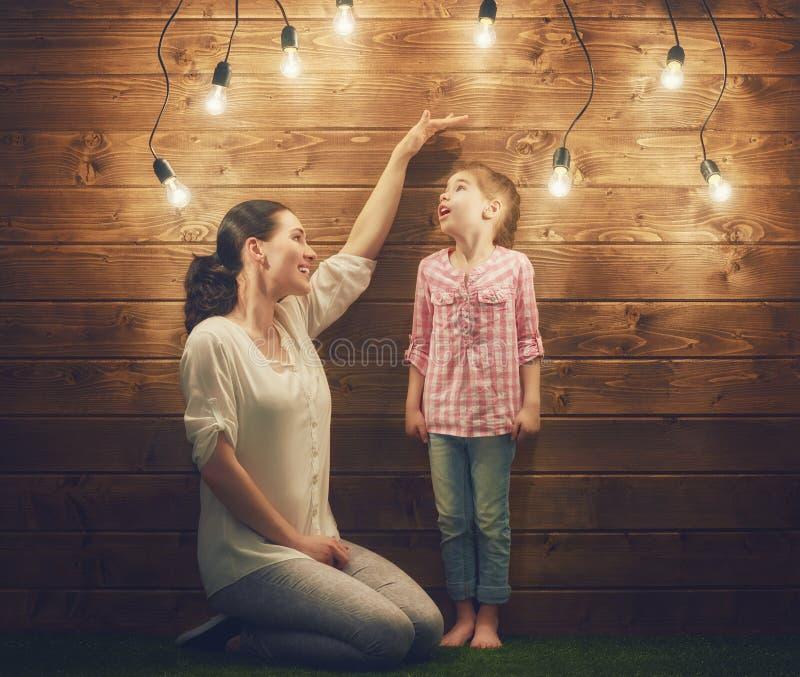 La mère mesure la croissance photographie stock libre de droits