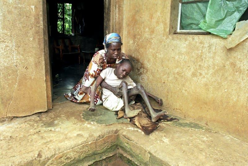 La mère ougandaise prend soin de fils avec des incapacités photographie stock libre de droits