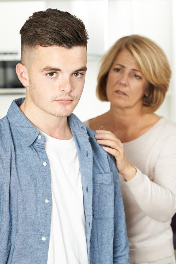 La mère s'est inquiétée du fils adolescent malheureux photographie stock libre de droits