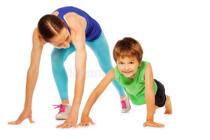 La mère sportive faisant la poussée se lève avec son fils d'enfant photographie stock libre de droits
