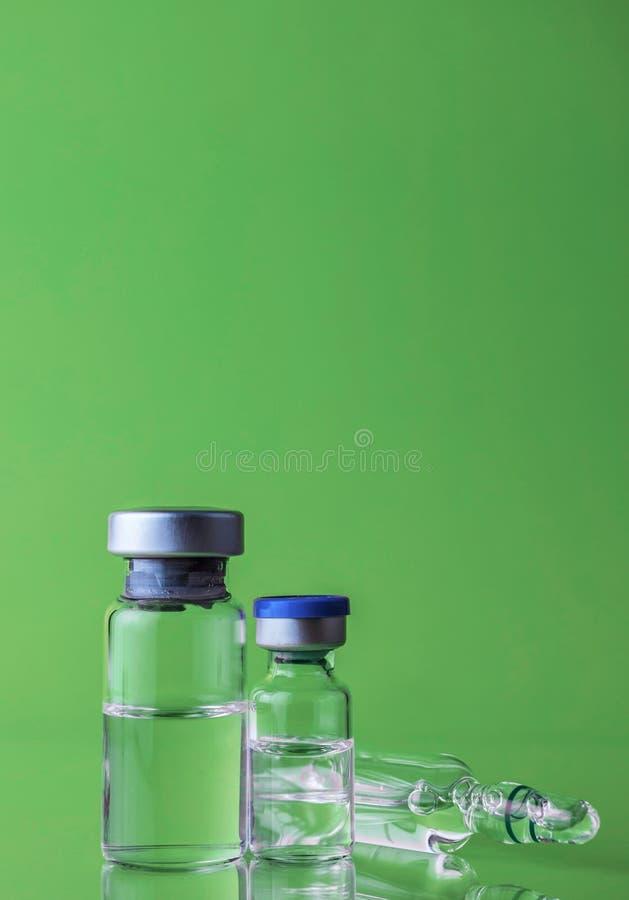 La médecine dans des fioles, préparent pour l'injection vaccinique photographie stock libre de droits
