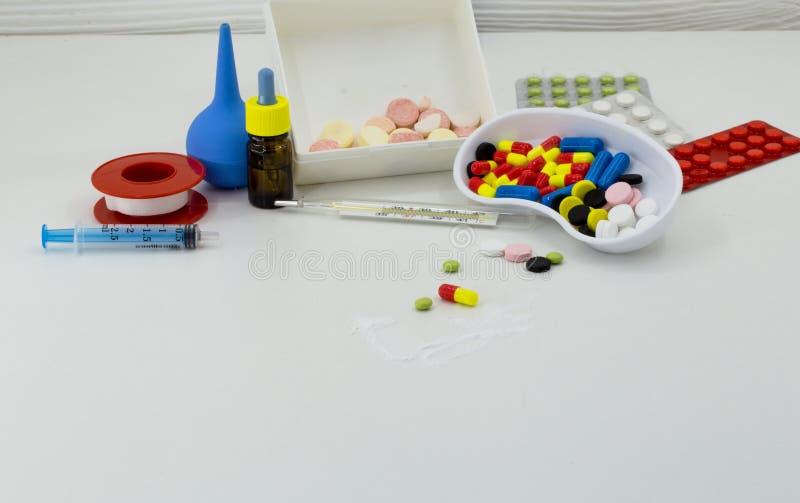 La médecine, pilules de différentes couleurs sur un fond blanc, dope la santé photos stock