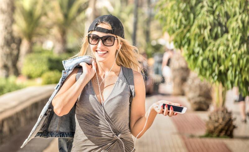 La música que escuchaba del blogger del viaje de la moda de la mujer joven hace un podcast en el ci imagenes de archivo