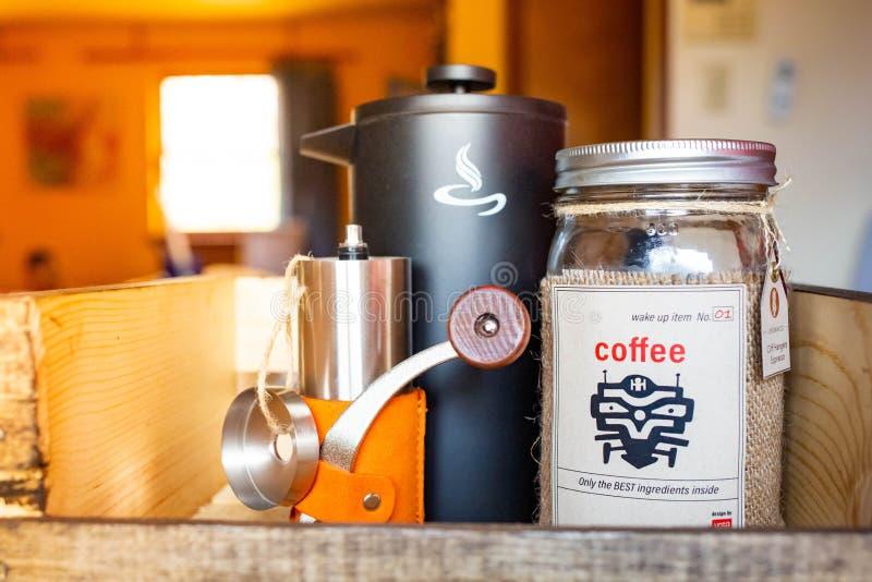 La mañana despierta el sistema de café con la caldera y la amoladora fotografía de archivo