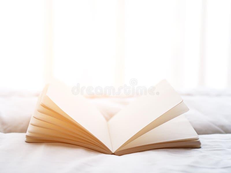 La mañana fresca leyó el libro en la cama imagen de archivo libre de regalías