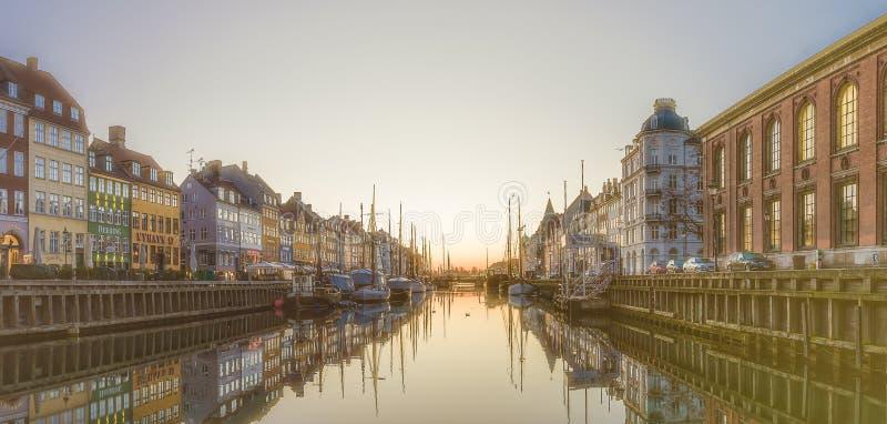 La mañana se ha roto sobre las casas coloridas en el muelle del canal de Nyhavn imagen de archivo