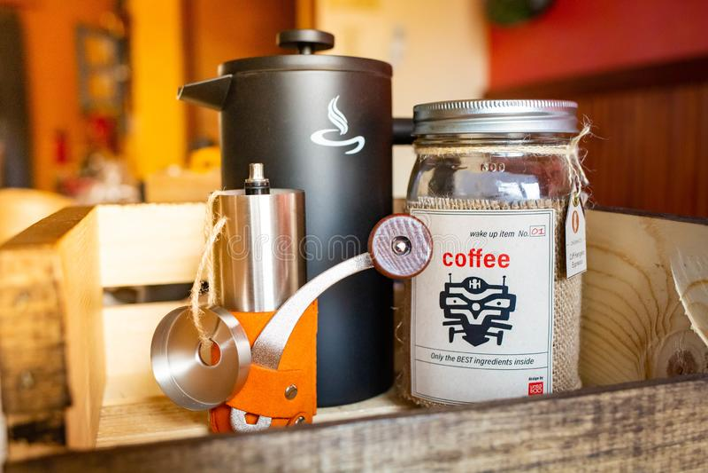 La ma?ana despierta el sistema de caf? con la caldera y la amoladora fotos de archivo libres de regalías