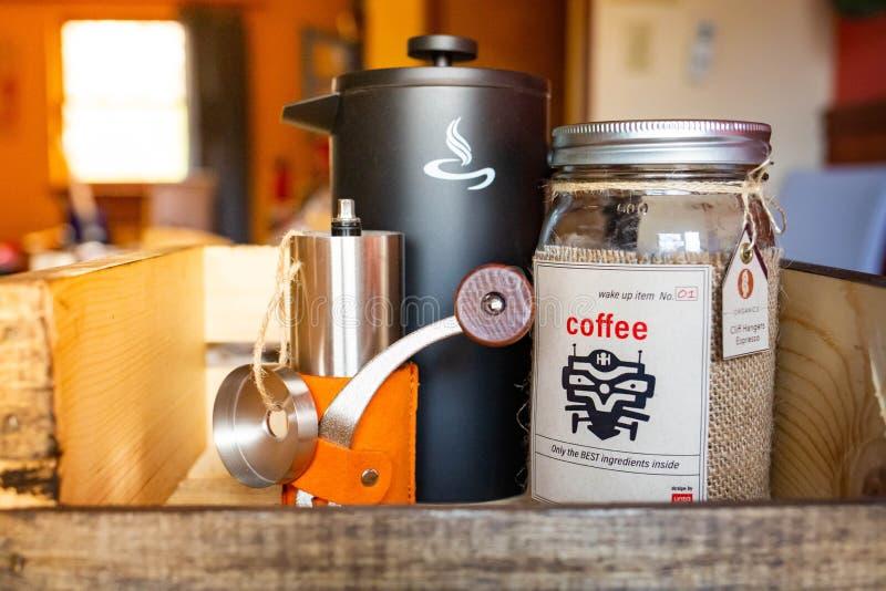 La ma?ana despierta el sistema de caf? con la caldera y la amoladora imágenes de archivo libres de regalías