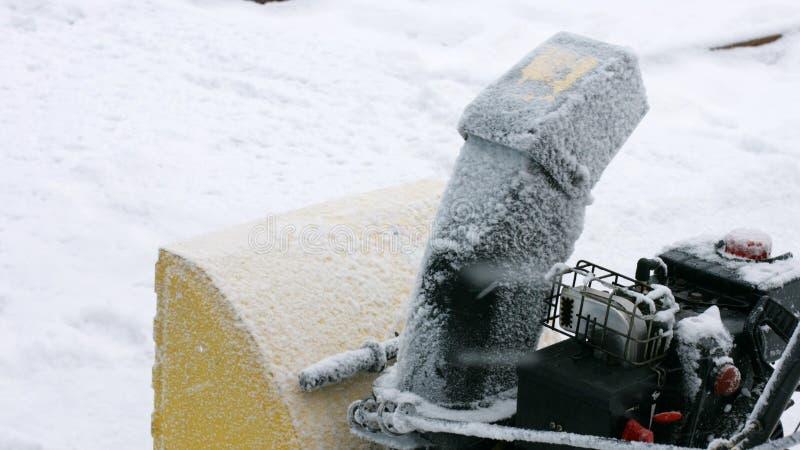 La macchina alta vicina libera la strada da neve fotografie stock libere da diritti