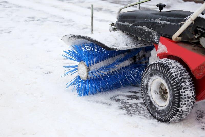 La macchina dello speciale per rimozione di neve pulisce la strada fotografia stock libera da diritti