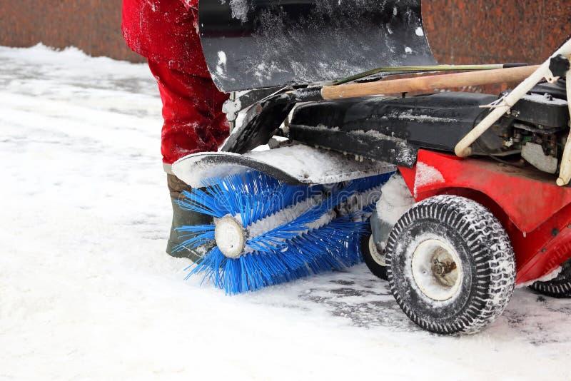 La macchina dello speciale per rimozione di neve pulisce la strada immagini stock