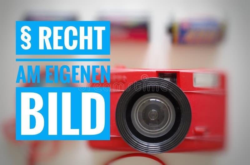 La macchina fotografica con l'iscrizione in tedesco § Recht eigenen Bild nella destra inglese alla vostra propria immagine fotografie stock