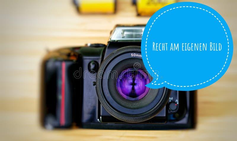 La macchina fotografica con in tedesco Recht eigenen Bild nella destra del englisch sulla vostra propria immagine immagini stock