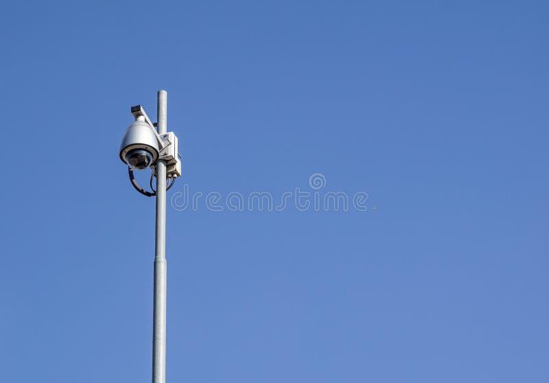 La macchina fotografica della cupola del CCTV la sera dei precedenti del cielo fotografia stock