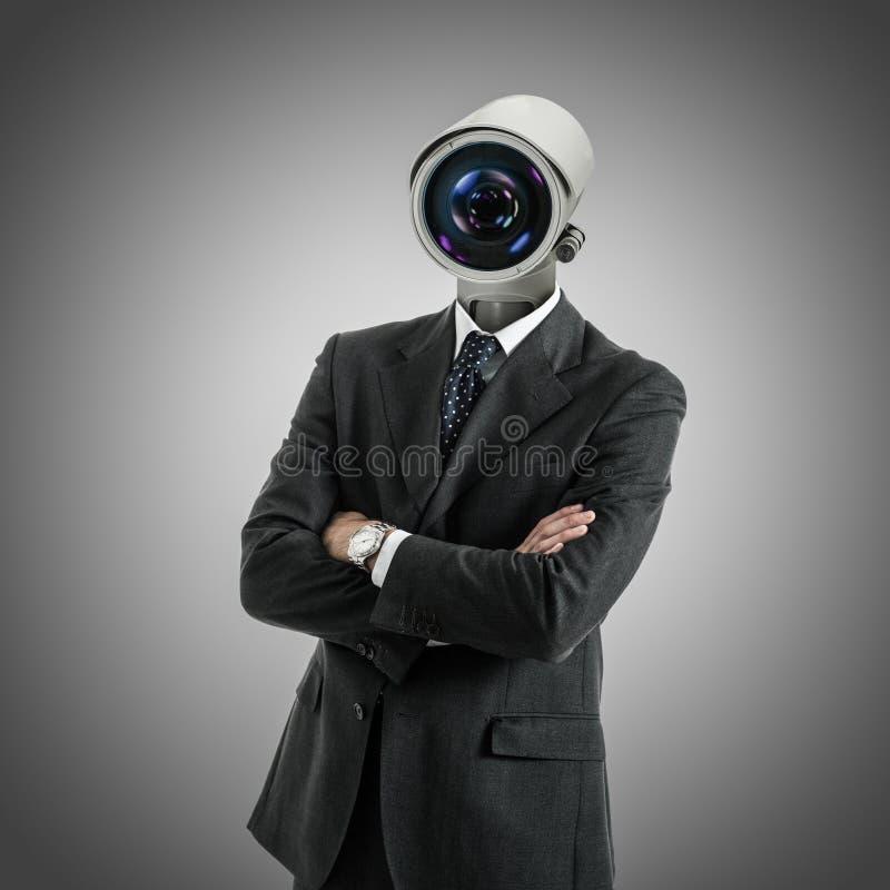 La macchina fotografica ha diretto l'uomo su fondo grigio immagini stock