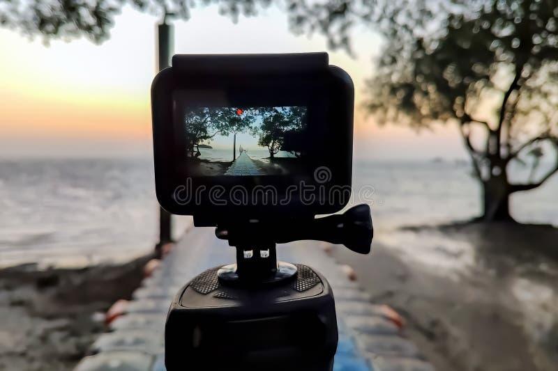La macchina fotografica ha montato su una fotografia del treppiede il pilastro e l'alba Vicino su, vista sullo schermo fotografia stock libera da diritti