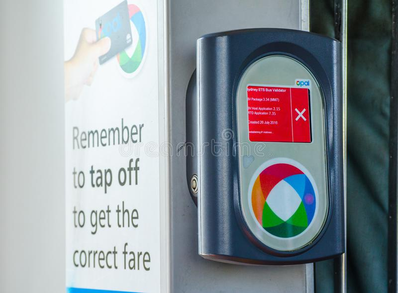 La macchina opalina del lettore di schede sul bus mostra il segno della croce rossa che significa il ` fuori servizio del ` fotografia stock