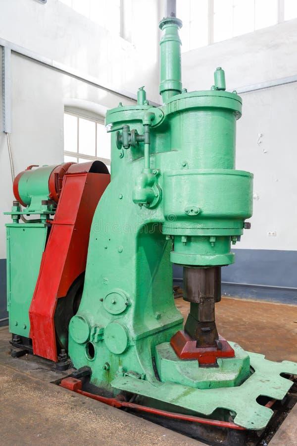 La macchina per battere a martelli di pezzo fucinato per la forgia l'acciaio per riduce l'incollatura dell'acciaio immagini stock