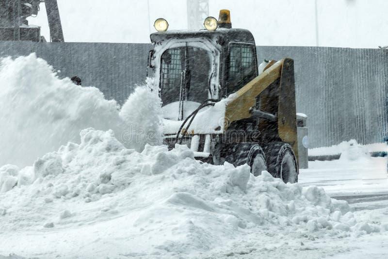 La macchina per rimozione di neve pulisce la strada immagine stock libera da diritti