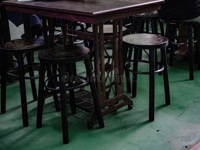 La machine à coudre sont table et bois de chaise photos stock