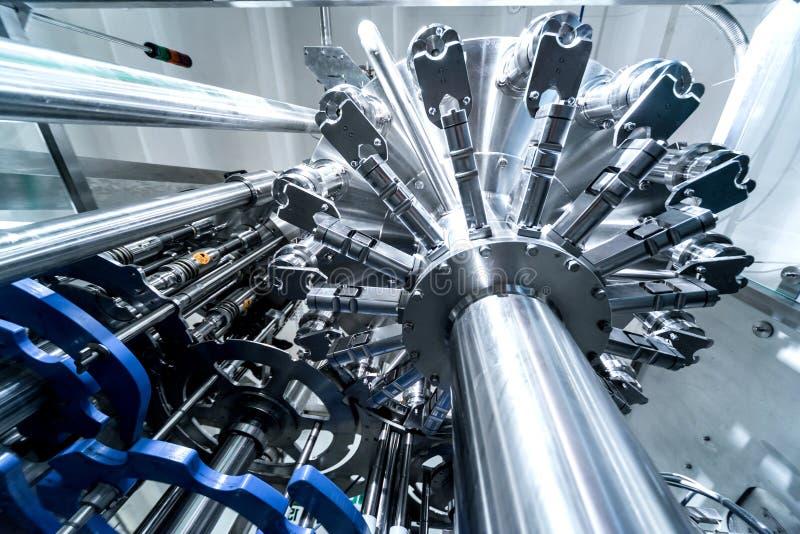 La machine de remplissage automatique transforme l'eau en bouteilles PET en plastique photos stock